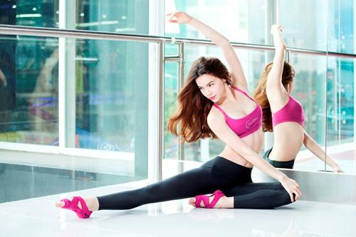 Yoga là môn thể thao Hà Hồ yêu thích và luyện tập để giữ dáng