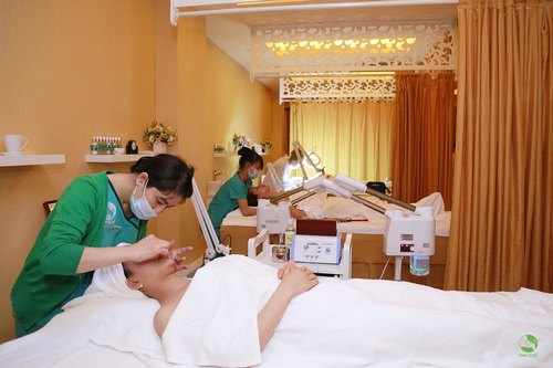 Làn da được thấu hiểu và chăm chút với đầy đủ dinh dưỡng cần thiết trong quy trình chăm sóc da mặt cơ bản tại Thu Cúc Clinics.