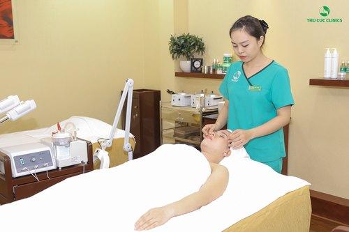 Thư giãn tinh thần và giải tỏa căng thẳng khi chăm sóc da tại Thu Cúc Clinics.