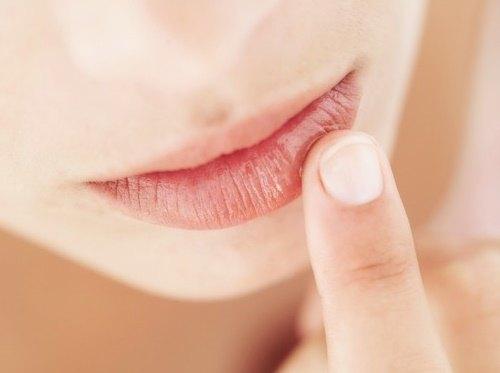 Đôi môi tươi tắn, mềm mịn và hồng hào tự nhiên nhờ đắp mặt nạ parafin cao cấp.