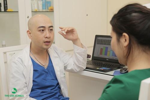 Chuyên gia thăm khám trước khi thực hiện điều trị giãn mao mạch bằng công nghệ cao