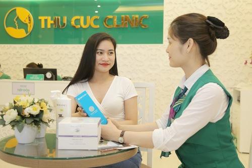 Chuyên viên hướng dẫn khách hàng chăm sóc da sau khi thực hiện dịch vụ trẻ hóa da