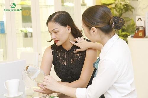 Chuyên viên tư vấn giúp khách hàng hiểu được quy trình tẩy nốt ruồi