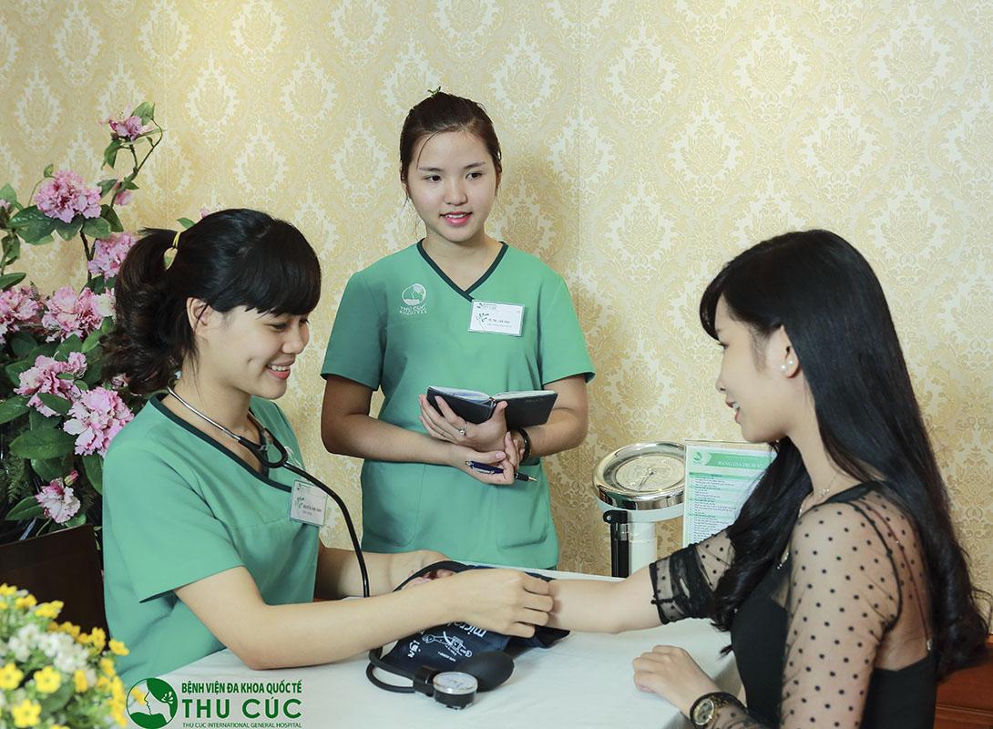Kiểm tra y tế, thử phản ứng thuốc, thử máu được tiến hành để đảm bảo bạn đủ điều kiện sức khỏe phẫu thuật
