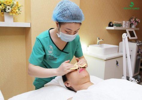 Chuyên viên đang làm sạch da trước khi tiến hành quy trình trẻ hóa da bằng công nghệ cao