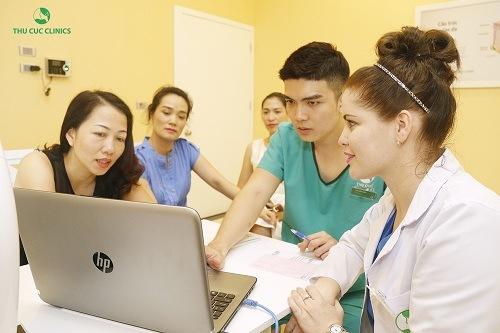 Chuyên gia thẩm mỹ đang tư vấn giúp khách hàng hiểu được liệu trình điều trị