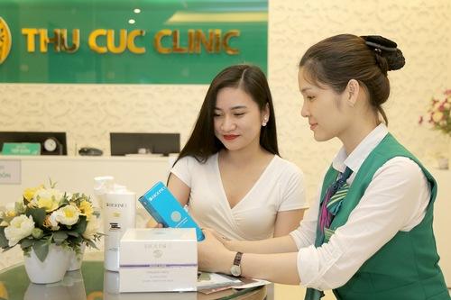 Chuyên viên hướng dẫn khách hàng sử dụng sản phẩm chăm sóc da tại nhà