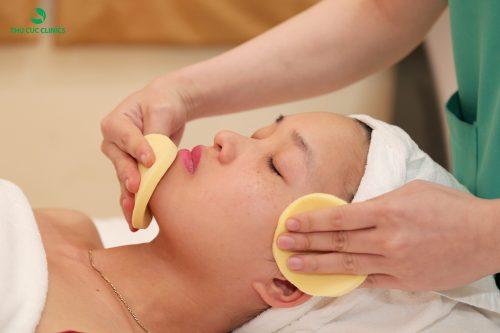 Làm sạch da trước khi tiến hành xóa chàm bớt bẩm sinh