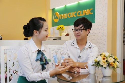 Chuyên viên Thu Cúc Clinics đang hướng dẫn khách hàng cách chăm sóc da sau khi điều trị.