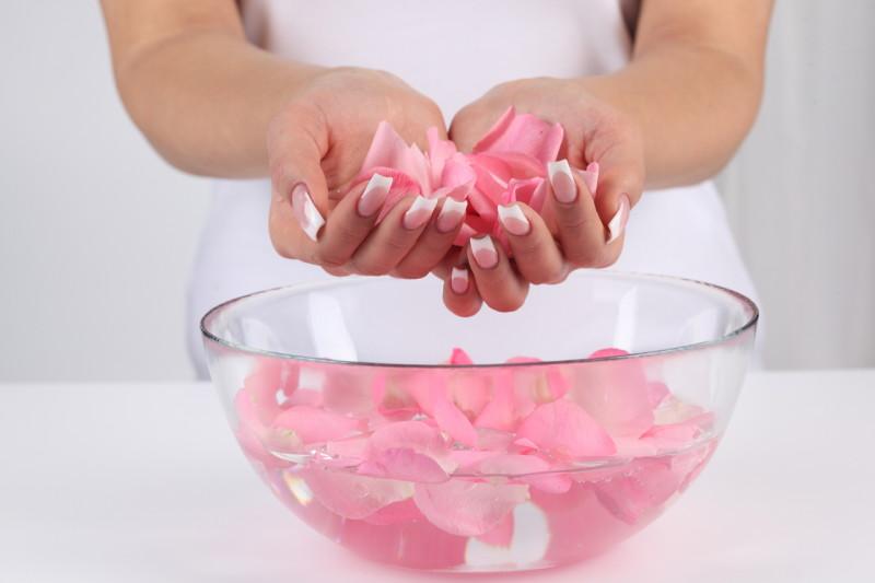 Chăm sóc da với nước hoa hồng