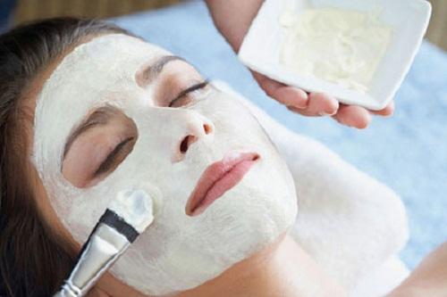 Đắp mặt nạ để bổ sung độ ẩm và các dưỡng chất cần thiết cho da