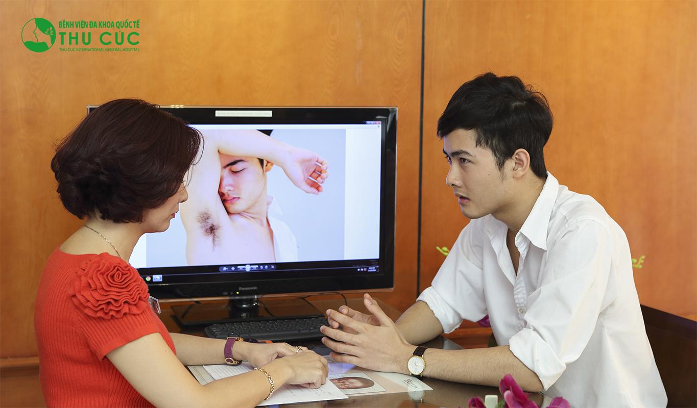 Khách được bác sĩ Thu Cúc tư vấn cụ thể về cách trị mồ hôi nách