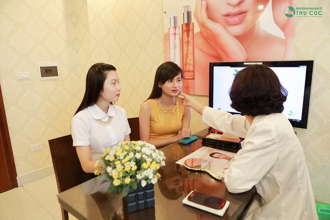 Khách hàng được thăm khám miễn phí, tư vấn tỉ mỉ về cách chăm sóc da khi đến với Thu Cúc