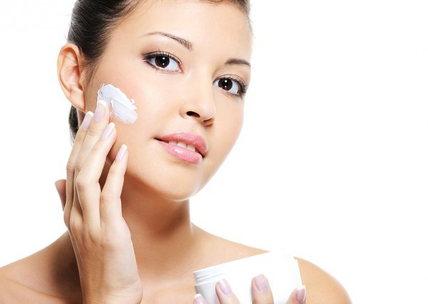Sử dụng kem dưỡng ẩm phù hợp sẽ giúp da mềm mịn, tươi sáng
