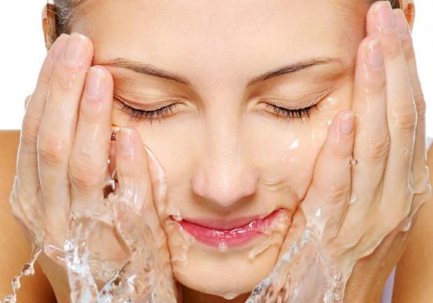 Hãy sử dụng sữa rửa mặt làm trắng da thường xuyên để dưỡng da trắng sáng rạng ngời