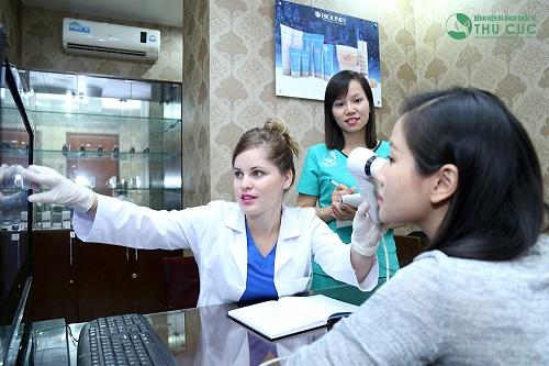 Chị Thu Hương được kiểm tra mức độ nám và tư vấn cụ thể về công nghệ điều trị Lucid Q-PTP mới nhất hiện nay