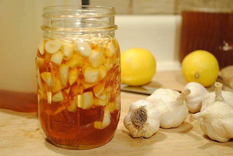 """Tỏi và mật ong được gọi là """"thần dược"""" tự nhiên giúp bạn loại bỏ mụn trứng cá."""