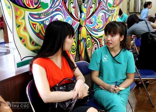 Khách hàng thăm khám trực tiếp tại Thu Clinics để được tư vấn cụ thể về phương pháp điều trị bệnh á sừng hiệu quả, an toàn.
