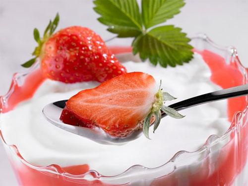 Hỗn hợp sữa chua và dâu tây trị mụn hiệu quả