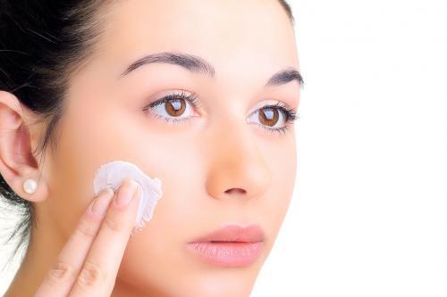 cách chăm sóc da tuổi 25 bằng cách dưỡng ẩm cho da
