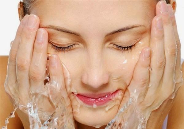 Bước 1: Làm sạch mặt trong quá trình chăm sóc da tuổi 25