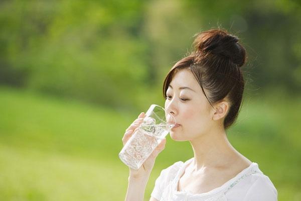 Nên uống ít nhất 2 lít nước mỗi ngày