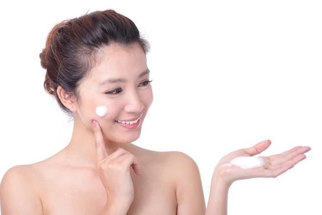 Ở tuổi 26, làn da bắt đầu thô ráp vì vậy dưỡng ẩm là bước không thể thiếu.