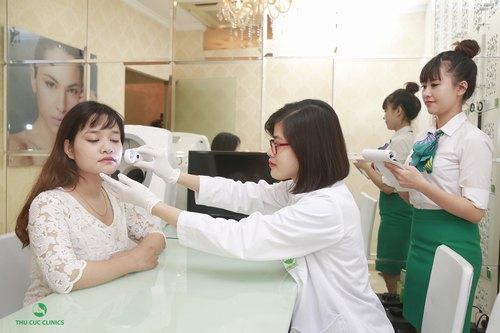 Bác sĩ kiểm tra tình trạng da cho Lan Hương, sau khi xác định tình trạng da, loại mụn, bác sĩ chỉ định phương pháp điều trị phù hợp.