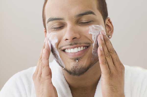 Nên sử dụng kem dưỡng ẩm để chăm sóc da cho nam giới bị khô