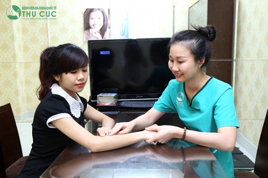 Thăm khám, phân tích đặc điểm nang lông giúp khách hàng lựa phương pháp điều trị và số lần thực hiện.