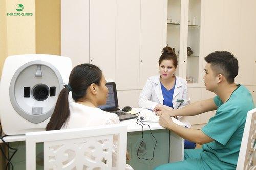 Bác sĩ chuyên khoa da liễu thăm khám và tư vấn lựa chọn phương pháp trị mụn hiệu quả.