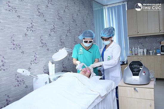 Liệu trình trị mụn được thực hiện bởi đội ngũ bác sĩ, chuyên viên giỏi, nhiều năm kinh nghiệm.