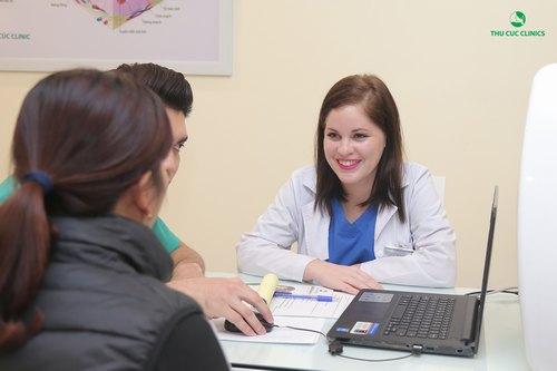 Bác sĩ thăm khám và tư vấn chữa trị nám da mặt bằng công nghệ Laser YAG Q-Switched tại Thu Cúc.