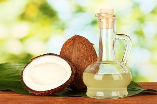 Một trong những nguyên liệu thiên nhiên giúp nuôi dưỡng và chăm sóc làn da bạn một cách an toàn đó chính là dầu dừa.