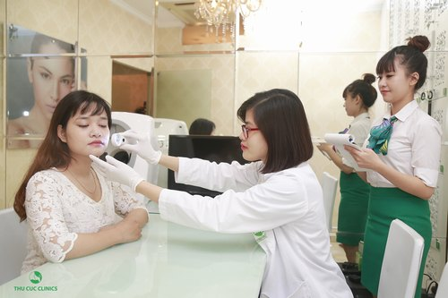 Chuyên viên thăm khám, tư vấn phương pháp trị mụn trước khi tiến hành điều trị.