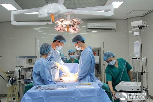 Phẫu thuật hút mỡ được thực hiện nhanh chóng bởi đội ngũ bác sĩ chuyên khoa giỏi