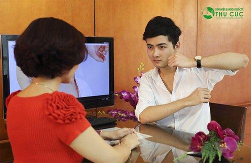 Bác sĩ thăm khám, tư vấn về cách chữa hôi nách cho khách hàng.