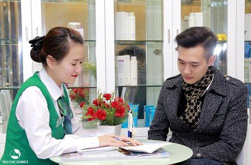 Chuyên viên Thu Cúc Clinics đang tư vấn về dịch vụ trị mụn cho khách hàng.