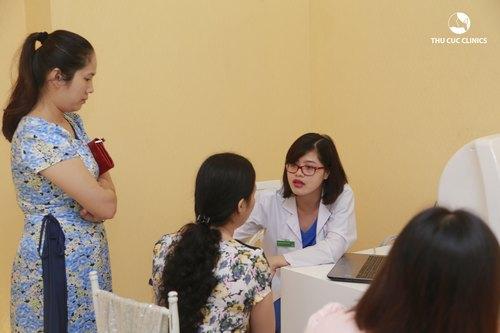 Bác sĩ thăm khám, tư vấn và điều trị sẹo lồi.