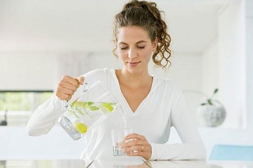 Uống đủ nước là cách giúp da khỏe mạnh hơn mỗi ngày