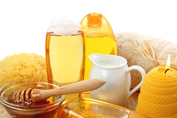 Mật ong, sữa tươi không đường, dầu oliu đều là những nguyên liệu không chỉ có tác dụng làm da sáng hồng mà còn giúp da mịn màng, mềm mại hơ