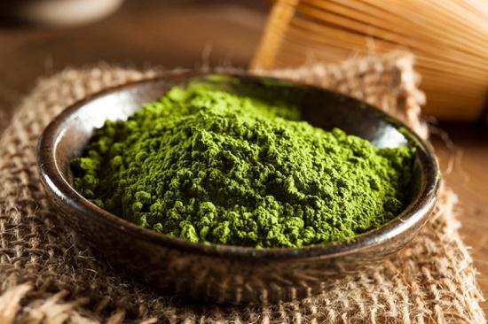 Bột trà xanh và bột ngệ là những nguyên liệu rất phổ biến trong làm đẹp