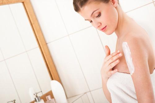 Sử dụng sản phẩm tắm trắng da dạng bột, gel