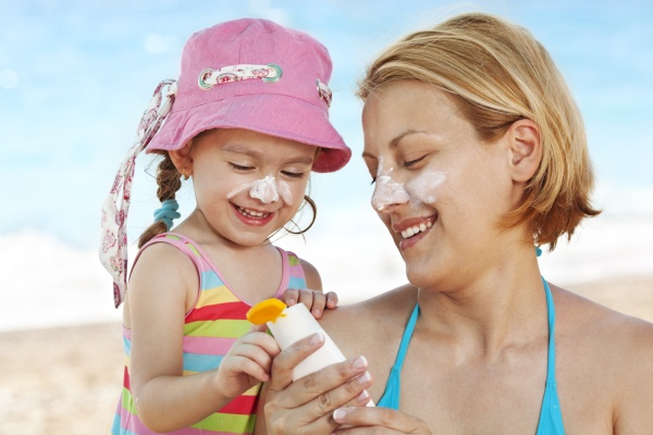 Sử dụng kem chống nắng là cách bảo vệ làn da trước tác hại của môi trường không thể bỏ qua