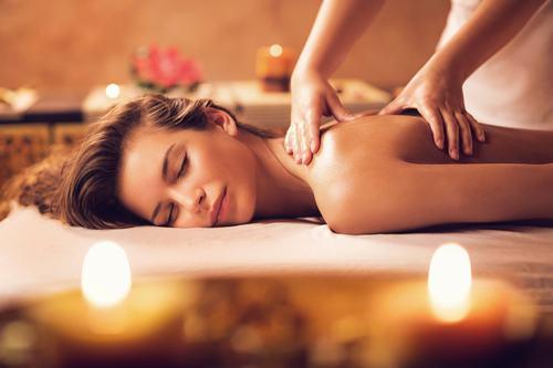 Phương pháp trị liệu massage có tác dụng giải tỏa các cơn đau nhức của cơ thể, đồng thời tẩy sạch lớp tế bào chết trên da rất tốt.