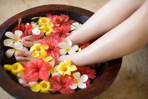 Quá trình ngâm chân sẽ giúp đôi chân được thư giãn, trở nên săn chắc, thon gọn và mang đến cho bạn giấc ngủ ngon hơn.