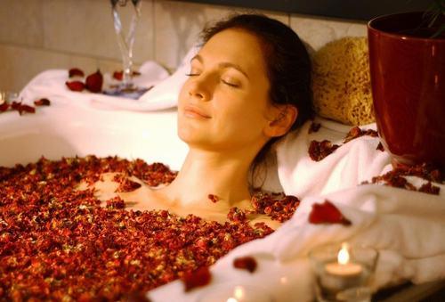 Ngâm mình vào trong bồn tắm và thả hồn theo các bản nhạc du dương là liệu pháp thư giãn cực kỳ hiệu quả.