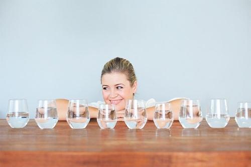 Uống nước là bí quyết hạn chế tối da nguy cơ tăng cân trong những ngày Tết mà bạn nên áp dụng.