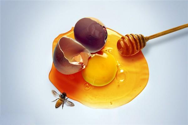 Hỗn hợp mật ong và trứng gà được xem là sự kết hợp tuyệt vời giúp nuôi dưỡng làn da mềm mại, căng mịn và trắng sáng hơn