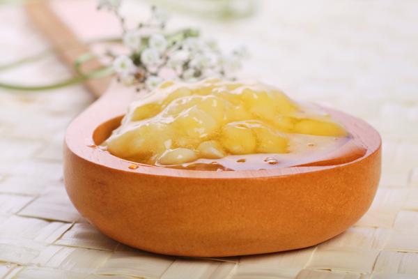"""Công thức tắm trắng bằng mật ong, chuối và kem sữa tươi cũng được các eva thường """"rỉ tai"""" nhau để cải thiện làn da bánh mật nhanh chóng"""